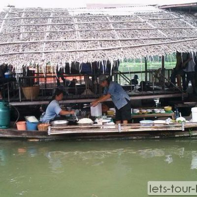 Lamphraya floating Market boat shop
