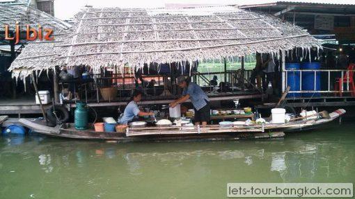 Lamphraya floating Market boat shop